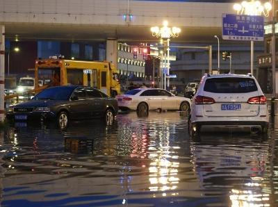 長春突降暴雨 城區積水多臺車輛被困水中