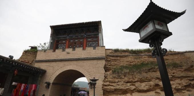 青海湟源县丹噶尔古城吸引游客
