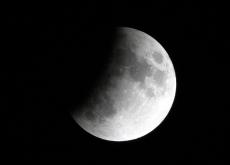 天宇上演月偏食