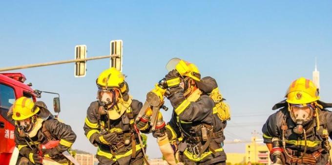 盛夏时节 消防员背负40公斤开展技能大比拼