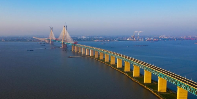 沪通长江大桥南通段实现钢梁贯通