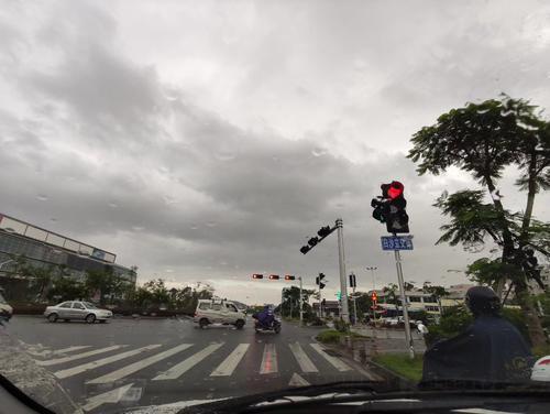 早顶峰工夫,江门郊区气候晴朗,并起头降雨(网友供图).jpg
