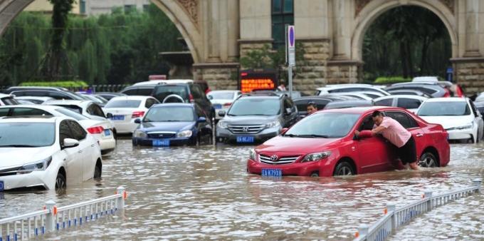 沈阳大雨致道路积水严重 市民出行受阻