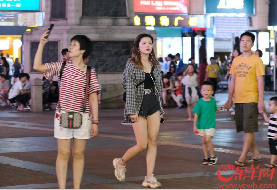 夜晚的广州暑气依然,很多街坊都喜欢出门乘凉。有的喜欢在街头闲坐弄儿孙,有的三三两两结伴逛街闲聊。街边一个小型平台,也可以是乘凉的乐土。店铺的一个小礼品,就能吸引孩子的排队。更有无数吃冰的人兴致勃勃,要用冰凉饮料来化解热天的烦闷。图/文 金羊网记者 戚耀琪