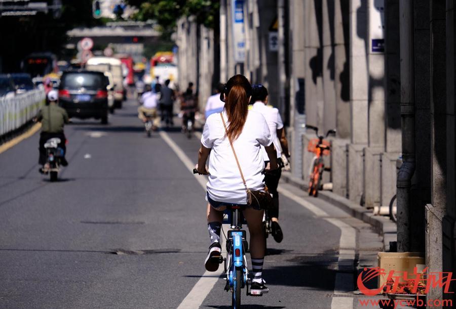 经过几天的清凉台风天气,广州今天已经全面重返炎热夏季。白天气温冲破32度,即使到了7点钟,气象台显示温度依然比昨天高了6度!在广州街头,不得不在暴晒下行走的人们,都是行色匆匆的。骑行者被汽车高温尾气熏蒸,更是难受不已。此时最好的时分,就是躲在空调大厅吃着冰。不过,在树下聊天取乐当乘凉的,也不在少数。图/文 金羊网记者 戚耀琪
