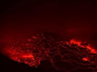 剛果戈馬一火山噴發 熔漿翻滾點亮夜空