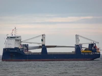 世界上最大风力涡轮机叶片抵达英国港口