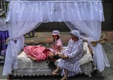 """光明正大的賴床 哥倫比亞民眾慶祝""""世界懶惰日"""""""