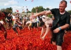 """俄羅斯聖彼得堡舉行趣味番茄大戰 20噸番茄""""滿天飛"""""""