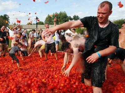 """俄罗斯圣彼得堡举行趣味番茄大战 20吨番茄""""满天飞"""""""
