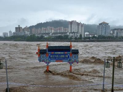 四川雅安:青衣江现1976年以来最高水位 码头牌坊被淹