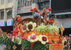 第34屆菲律賓達沃豐收節舉行慶典大遊行