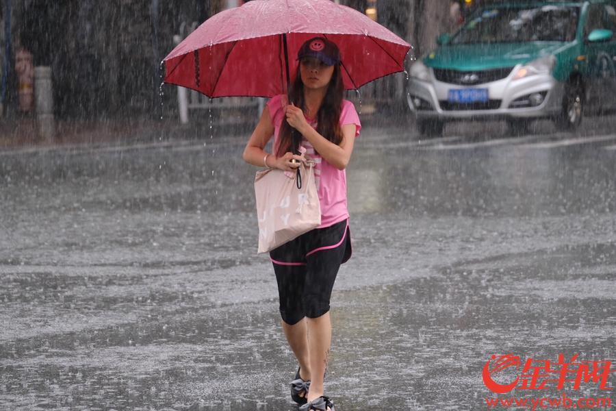 """今早,受台风白鹿影响,广州下了一整晚的雨依然没又停的""""意思"""",天依然灰暗,城西路上的车都开着灯,上班的街坊在大雨中前行。文/图 金羊网记者 陈秋明"""