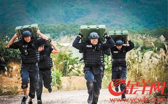 """【中国梦·践行者】千锤百炼练就警队""""枪王之王"""" 侦查抓捕两不误"""