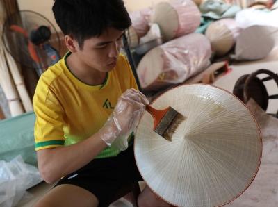 越南传统斗笠制作