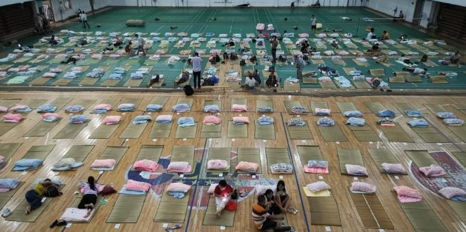 """武汉高校为新生家长提供""""地铺""""过夜"""