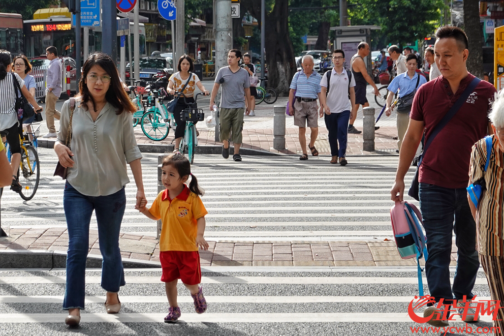 """9月2日,新学期开学第一天,大街小巷里,扛着大包小包送孩子的街坊们,打招呼,听到最多的一句就是:""""又开学了"""",歇了一个暑假的家长们又开始了每天接送孩子的""""征程""""。金羊网记者 陈秋明 摄"""