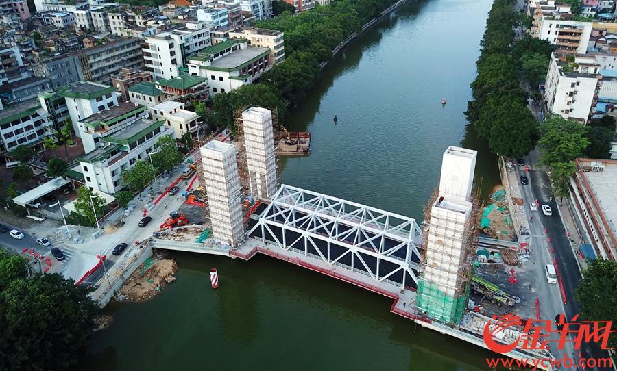 桥面开始铺沥青-摄于2019年6月21日