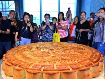 重达666斤的月饼亮相四川中秋食品博览会
