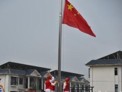 广西侗乡小学开学第一课 特警队员教授防身技巧