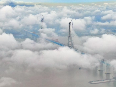 航拍沪通长江大桥 云雾缭绕呈现别样胜景