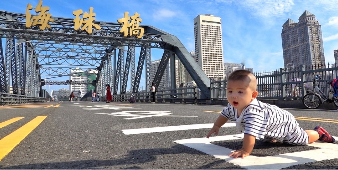 广州海珠桥5日恢复行车,街坊抓紧时间打卡