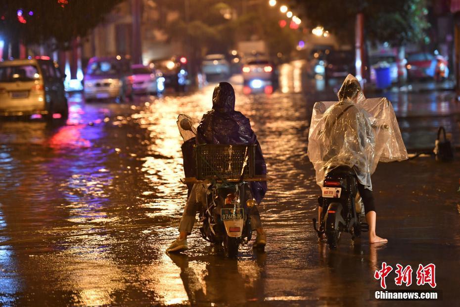 昆明市区迎大雨 部分道路淹积水