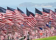 """美加州一大学树起数千面国旗 悼念""""9·11""""事件遇难者"""