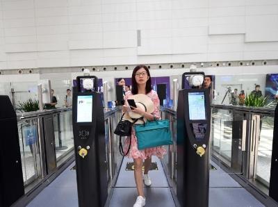 """广州白云机场开启""""易安检""""模式 成中国民航首批试点"""