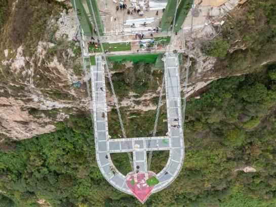 河南七峰山絕壁建玻璃懸廊 垂直落差198米
