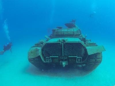 """报废坦克沉海底变""""礁石"""" 成潜水者""""打卡""""圣地"""