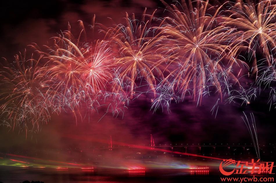 珠海国庆焰火晚会在拱北湾绚丽上演