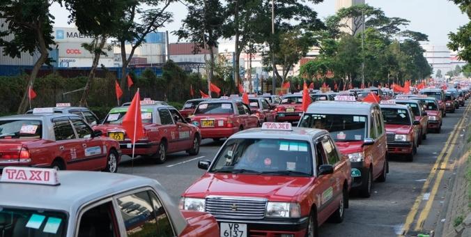 香港逾2000的士挂国旗巡游