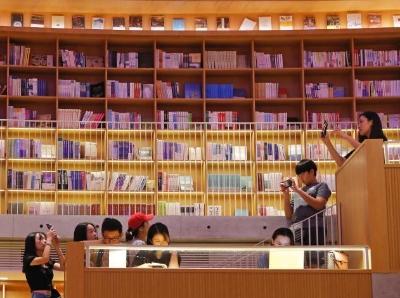 """国庆假期 民众在书店内享受""""文化大餐"""""""