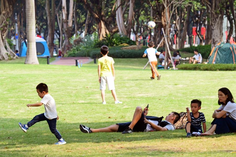 二沙島屹立在珠江中的一個小島,雖在市區卻不失寧靜,綠樹成蔭,空氣清新。這裏遠離了城市的喧囂,或漫步、或騎行,還可以走到江邊,靜靜欣賞珠江兩岸風景。 10月5日,記者看到一片假日祥和景象!金羊網記者 鄧勃 攝