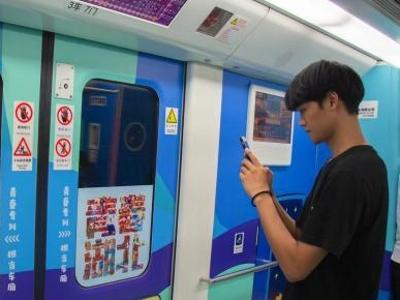 """武汉高校学生设计""""爱国车厢""""地铁专列"""