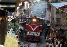 越南网红店要关门 离铁轨仅1米边喝咖啡边看火车