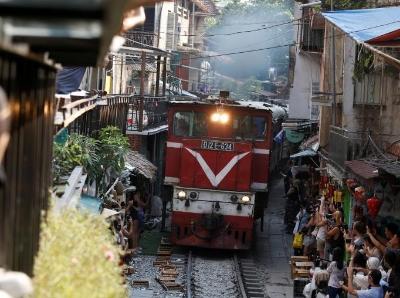 越南網紅店要關門 離鐵軌僅1米邊喝咖啡邊看火車