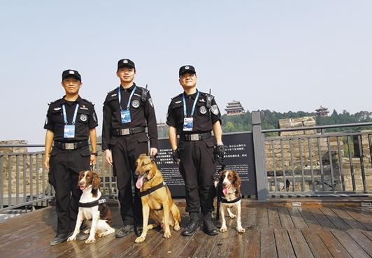 天安门广场上,珠海三人三犬圆满完成安保任务
