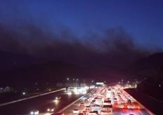 美国洛杉矶附近爆发山火浓烟滚滚 警方发布强制疏散令
