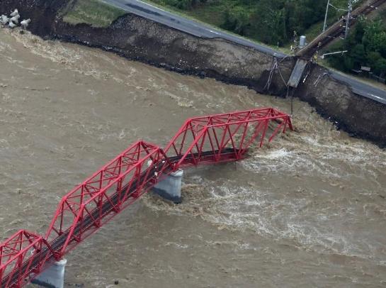 """""""海贝思""""致日本数千住宅被淹水 台风过后满目疮痍"""