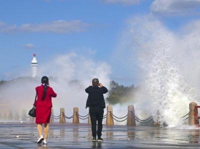 山东烟台出现大风天气 海滨惊涛拍岸大浪冲天