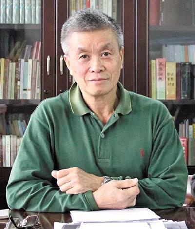 """【中国梦·践行者】重挖""""红色甲工""""办学史30年 他着近百万字研究书稿"""
