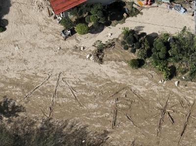 """日本灾区台风后 受灾民众地上拼出""""水、食物"""""""