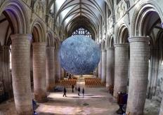 """巨大""""月球""""亮相英国格拉斯哥大教堂 将对公众开放"""
