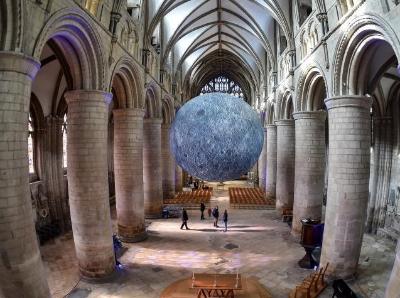 """巨大""""月球""""亮相英國格拉斯哥大教堂 將對公眾開放"""