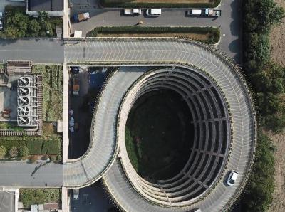 浙江杭州一楼顶停车场走红网络
