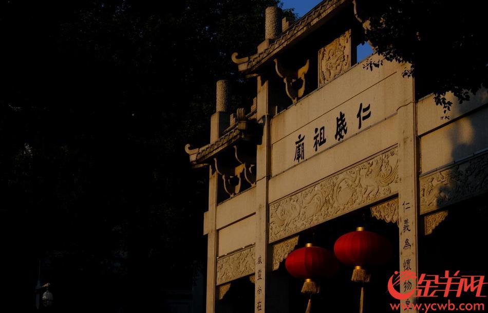 夕照濃鬱,廣州仁威古廟前的荷塘上泛起了金光一片。紫紅色的睡蓮在斜陽中閉合,圓圓的荷葉如同金黃的盤子鋪在水面。殘荷一片,新葉零星。靜謐安逸的水景,如同一幅油畫,襯托著古廟遺風。金羊網記者 戚耀琪 攝