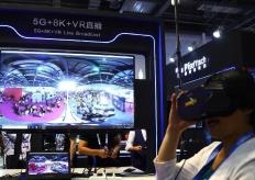 """2019世界VR产业大会展览人气旺 民众体验VR""""黑科技"""""""