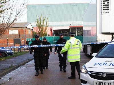英国埃塞克斯郡发现39人死亡事件 事发地摆放着花束